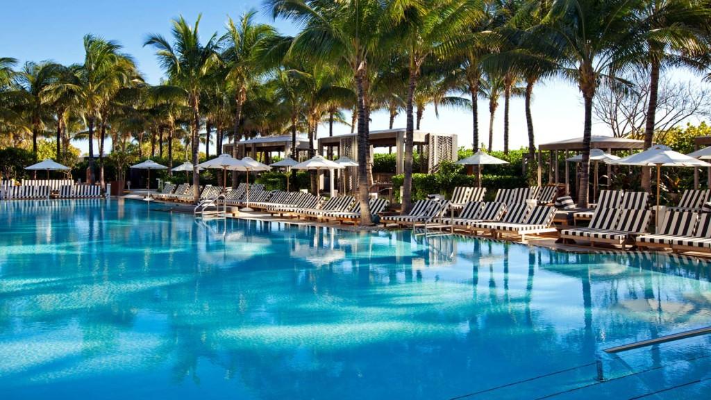 Uma das piscinas do W South Beach, um dos preferidos dos viajantes que buscam conforto