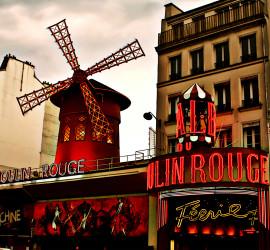 A região do Moulin Rouge, que se enche de gente durante a noite | Foto: Gojouney.com